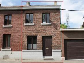Charmante petite maison sans jardin ni terrasse se composant au rez-de-chaussée: living (28m²) avec débarras, cuisine semi-é