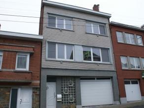 Spacieuse maison se composant au rez-de-chaussée: hall d'entrée (11m²), garage (75m²) avec porte sectionnelle électriqu