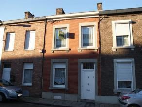 Maison se composant au rez-de-chaussée: Salon (17m²), salle à manger (15m²), wc indépendant, cuisine (10m²). Au pr
