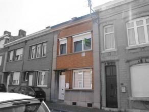 Coquette maison entièrement rénovée avec goûts en 2011 se composant au rez-de-chaussée: d'un hall d'entrée, d