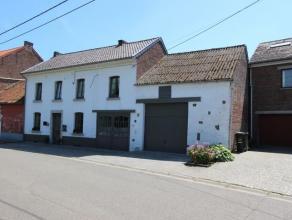 CHARMANTE et AGREABLE MAISON située au centre du village, composée au rez-de-chaussée d'un hall d'entrée, salon, living/s&