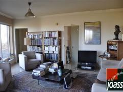 Bel appartement, au 6ème étage, sans vis-à-vis et au centre ville. Il est composé d'un hall d'entrée, d'un grand li