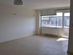 Bel appartement de type duplex, proche de la gare, du centre et de ses facilités . Il est composé d'un hall d'entrée, d'un living