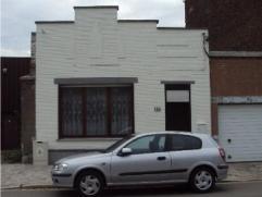 Bungalow entiérement rénovée en 2006 : hall, living , cuisine super équipée, 2 chambres en enfilade, salle de bain,