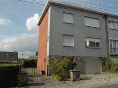 Jolie maison bel-étage avec passage latéral habitable directement située dans une rue calme et proche de toutes commodités
