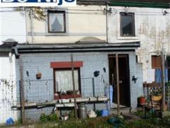 Située dans une impasse, maison à rénover comprenant au rez : 1 petite cuisine, un séjour, une salle de bains. Au 1er &eac
