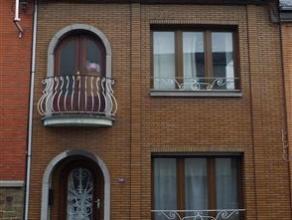 MAISON A RAFRAICHIR ENTIEREMENT AVEC 3 CHAMBRES ET JARDINREZ: hall d'entrée + living + cuisine avec sortie sur balcon et escalier pour le jardi