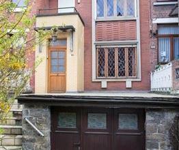 MAISON MITOYENNE A RENOVER AVEC 3 A 4 CHAMBRES, GARAGE ET JARDINREZ: SUR CARRELAGE - hall d'entrée avec escalier pour l'étage + salle &a