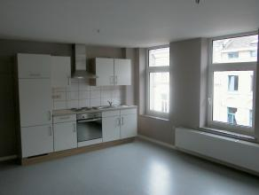 Très bel APPARTEMENT au 1er étage d'un immeuble entièrement rénové: living avec espace cuisine équipé
