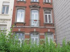 au 2ème étage, comprenant un living, une cuisine, une chambre à coucher, une salle-de-bains et un wc. Charges mensuelles: 100  (c