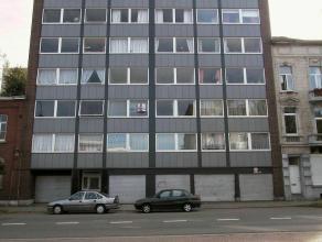Situé 5ème étage avec ascenseur : hall, living, cuisine équipée, 2 chambres à coucher, débarras, balc