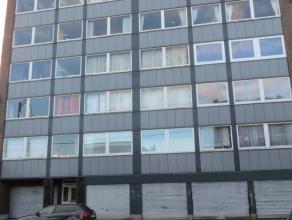 Situé au 6ème étage avec ascenceur : hall, living, cuisine équipée, 1 chambre à coucher, wc, salle de bains,