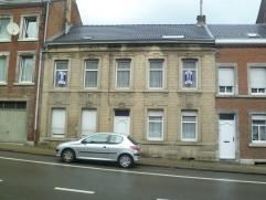 Maison d'habitation avec possibilité de rapport (sous réserve de permis d'urbanisme), une cour et 2 garages à l'arrière (r