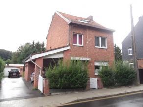 Jolie maison 4 façades avec jardin et grand garage. Composition : Sous-sol : caves sous toute l'habitation. Rez : living, cuisine équip&
