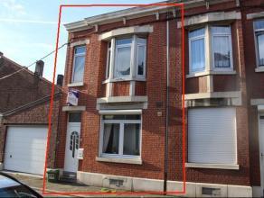 Maison deux façades avec cour, trois chambres, en EXCELLENT ETAT. Composition : - sous-sol : caves; - rez : cuisine équipée tout