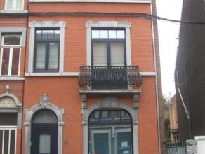 Belle maison trois façades avec cour, cinq chambres, en très bon état. Composition : Sous-sol : caves sous toute la surface de la