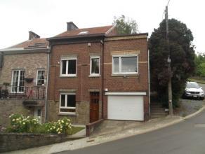 Jolie maison trois façades avec jardin, cour couverte et garage, bien située dans une rue calme. Composition : - rez : hall d'entr&eacut