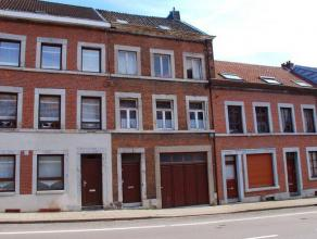 Maison 3 chambres avec grand garage et cour, proche des commerces et accès autoroutiers. Composition: Rez: hall avec accès à la c