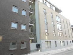 NAMUR (Centre). Appartement 2ch idéalement situé à proximité de la gare, dans un immeuble récent. Hall d'entr&eacut
