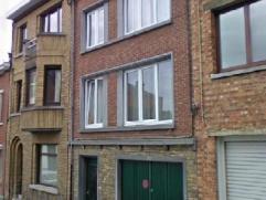 NAMUR rue Defnet, 14. APPARTEMENT de 45m² situé au premier étage d'un petit immeuble de 3 appartements. Hall d'entrée, livin