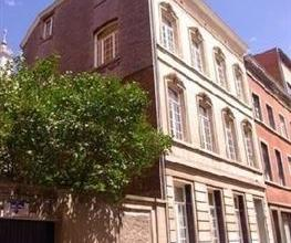 NAMUR - Rue Blondeau, 14. Kot d'étudiant situé dans une maison de maître. La cuisine et les sanitaires sont communs. Les charges c