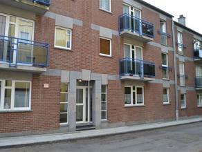 A quelques minutes du centre, situé dans une rue calme, un appartement rez-de-chaussée de +/- 80 m² comprenant : hall, living, cuis