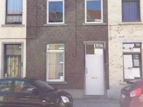 Agréable maison deux façades, rénovée il y a peu, située dans une rue calme à quelques pas du centre de Fleu