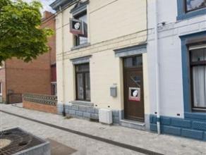 Sympathique maison de type 3 façades offrant un accès sur 2 rues, vous permettant de trouver à larrière un garage pour 2 v
