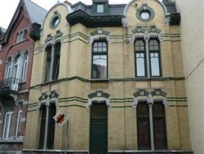 Très belle maison de maître, en plein centre de Fosses-la-Ville, comp: hall d'entrée,gd séj,wc ind,cuisine équip&eac