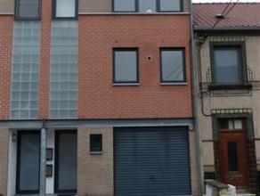 Maison bel étage avec garage, grand jardin clôturé et terrasse, comprenant: hall d'entrée avec coin vestiaire, wc ind&eacut