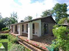 Sfeervol gelijkvloers huis zeer rustig gelegen in de natuur ! De woning werd recent vernieuwd met een nieuwe massief houten keuken, badkamer, isolatie