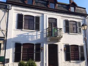 Cette imposante maison de maître se situe en plein centre de Barvaux au sein d'une agréable rue piétonne à proximité