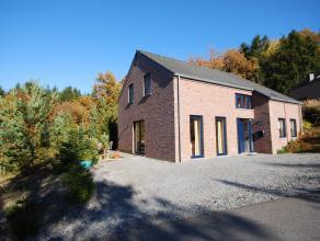 En bordure du golf de Durbuy vous trouverez cette récente maison 4 façades construite en 2005 sur une parcelle de +/- 950 m². Celle