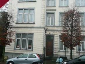 Situé à 2 pas du centre ville et à proximité de la Citadelle de Namur, studio au dernier étage d'un immeuble &agrav