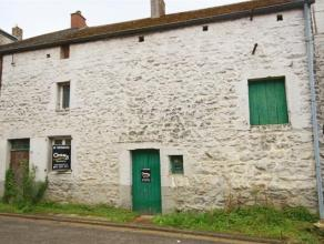 Situé dans le joli village de Gochenée, ce bâtiment rural en pierre du pays est la base idéale pour laisser libre cours &ag