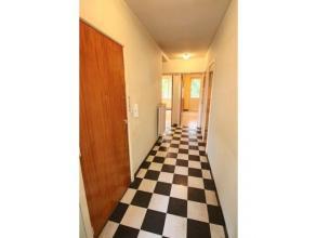Situé proche de l'Hopital, des commerces, transports en commun, charmant appartement 2 chambres. ,... Ce bien comprend: hall d'entrée, l
