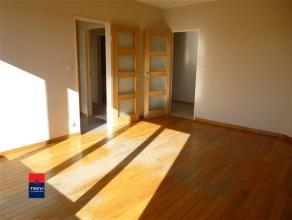 CHARELEROI: Bel appartement situé au 8° étage offrant une belle vue panoramique sur le boulevard Tirou. Celui comprenant un hall d'e