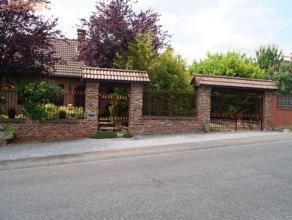 Villa agréablement aménagée et se composant d'un hall d'entrée, toil., liv. avec feu ouvert et baies vitrées donnan