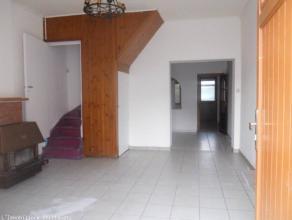 Bonne maison comprenant : salon, salle manger, cuisine, salle de bain, 1 grande chambre, vranda, grande cour. Pouvant convenir pour personne seul ou c