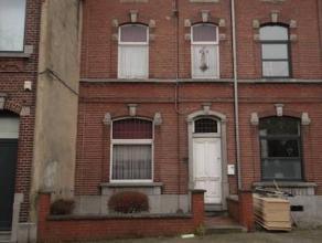 Marcinelle : à vendre maison de maître à rénover, en retrait de la rue et comprenant hall d'entrée, living, 2&egrave