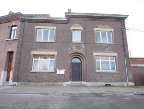 Marcinelle : à vendre maison à rénover offrant de beaux volumes. Elle se compose au rez de 2 salons, salle à manger, cuisi