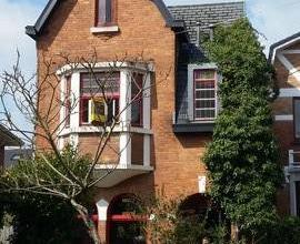 Dans un quartier calme, charmante villa de caractère 4 façades à restaurer comprenant :-SOUS-SOL: caves-REZ: hall - wc - living -