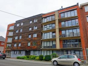 Excellent appartement de type penthouse situé au 5ème étage d'une bonne copropriété comprenant:Hall d'entrée