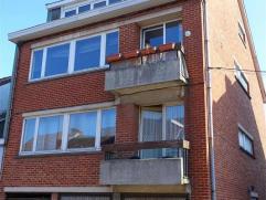 Bon appartement au 2ème étage, proche du centre comprenant:Hall d'entrée - Living + balcon - Cuisine équipée - sall