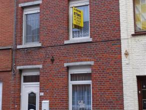 Bonne maison située dans le centre proche de toutes facilités comprenant:Hall d'entrée - Salle à manger - Salon + cuisine