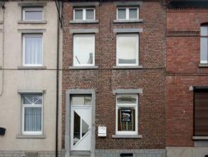 Lumineuse maison située dans une rue calme de Gilly et proche de toutes les facilités. Elle se compose d'un hall, living, cuisine &eacut