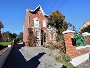Superbe maison de caractère datant de 1926 sur une superficie de 19a 40c avec 4 garages, annexe, 3 chambres et magnifique jardin arboré,