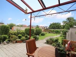 Spacieuse maison de commerce idéalement située (face au Match, parking) en excellent état avec grand garage (4 voit.) et jardin.