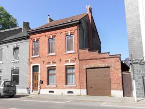 Très belle maison 3 façades avec grand garage et jardin. Hall, spacieux living, cuisine, buanderie. 3 chambres, salle de bain, grenier a