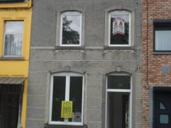 Marcinelle: Maison en partie rénovée comprenant: Hall d'entrée, salon, salle à manger, cuisine, coin à manger, sall